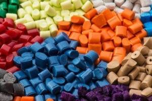 Разноцветные кусочки полиамидов