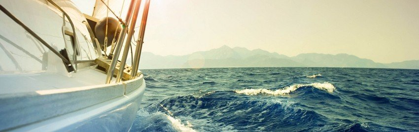 Яхта на волнах